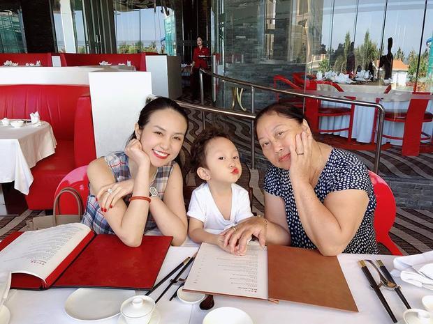Nam ca sĩ Tuấn Hưng chia sẻ hình ảnh ăn trưa cùng với cả gia đình. Nhóc tì nhà nam ca sĩ vô cùng nhí nhảnh khi chụp hình.