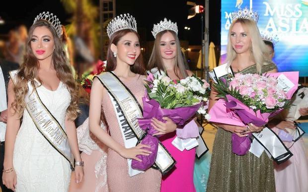 Chi Nguyễn và các á hậu của cuộc thi.