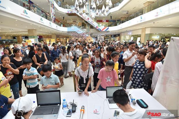 Buổi tuyển sinh đợt 2 tại Hà Nội thu hút hàng trăm hồ sơ đăng ký của các tài năng nhí.