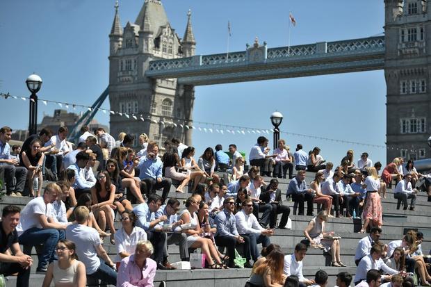 Người dân London nghỉ trưa dưới ánh nắng tại khu vực gần chiếc cầu Tower Bridge. Ảnh: Victoria Jones/PA