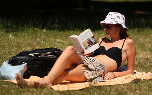 Lottie Edwards đọc sách trên bãi cỏ xanh mượt tại công viên Green Park, trung tâm thủ đô London. Ảnh: Yui Mok