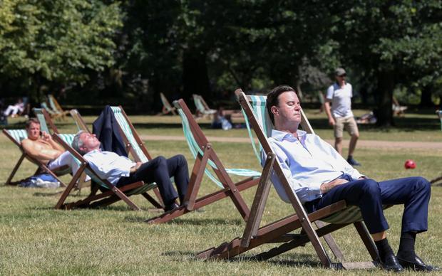 Những giây phút nghỉ ngơi trong ngày dưới cái nắng vàng hiếm có ở London. Ảnh: Dinendra Haria