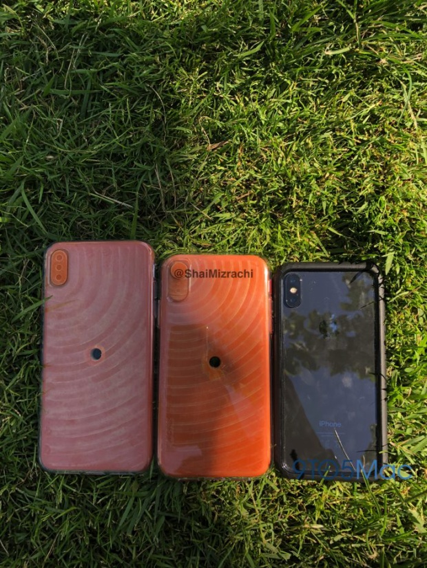 Mô hình iPhone 6,5 inch và iPhone 6,1 inch đặt cạnh chiếc iPhone X.