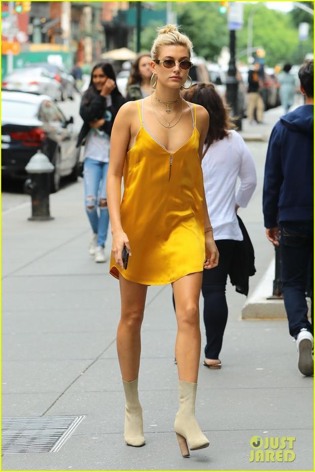 Áo hai dây là item yêu thích của cô, cô thường chọn chất liệu phi bóng nên nhiều người cứ nhầm tưởng mặc áo ngủ ra đường. Tuy nhiên, chiếc bốt cao và phụ kiện sành điệu phá tan suy nghĩ đó.