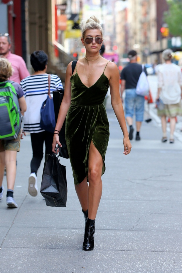 Chọn váy nhung xẻ đùi quyến rũ xuống phố, Hailey thu hút mọi ánh nhìn.