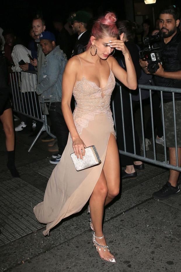 Diện váy màu nude xẻ ngực táo bạo, người mẫu 22 tuổi khoe trọn vóc dáng nuột nà.