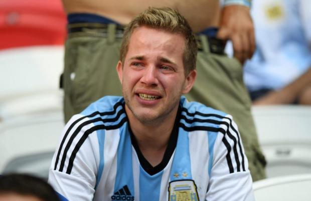 CĐV Argentina òa khóc sau thất bại của đội nhà.