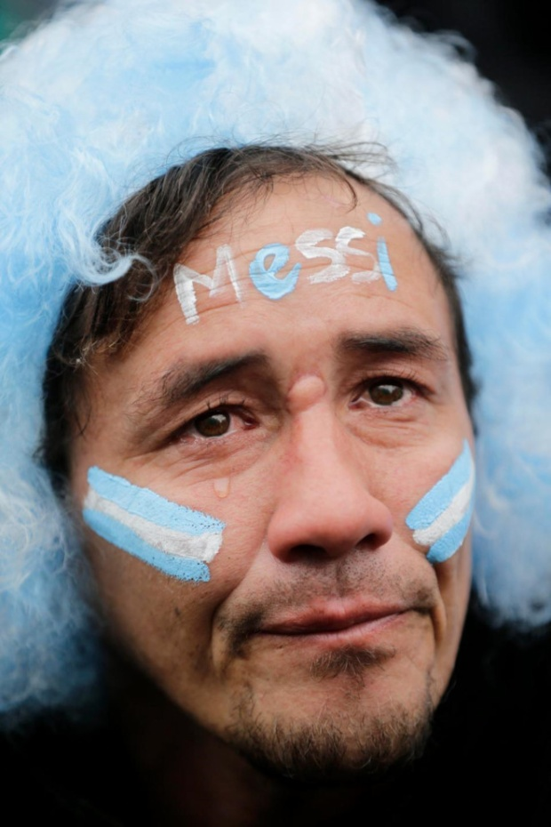 Những giọt nước mắt lăn dài trên má CĐV Argentina.