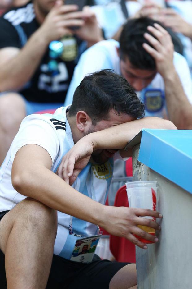Các CĐV gục ngã sau khi Argentina không thể chơi tiếp.