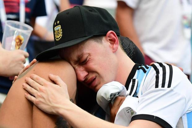 CĐV khóc nức nở.