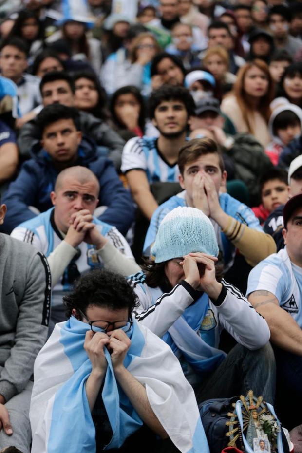 Nỗi buồn in hằn lên khuôn mặt của các CĐV Argentina.