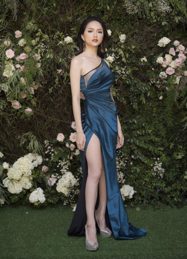 Chiếc váy xanh lệch vai góp phần làm tôn thêm nhan sắc của Hoa hậu Chuyển giới Hương Giang lên nhiều lần.