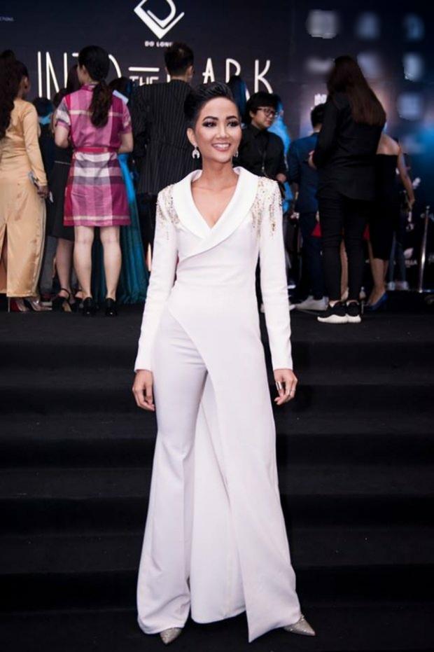 Sắc trắng lại được H'Hen Niê trưng dụng khi tham dự sự kiện một thảm đỏ tuần qua. Người đẹp cũng tạo sự khác biệt với các bóng hồng còn lại bằng bộ vest bất đối xứng.