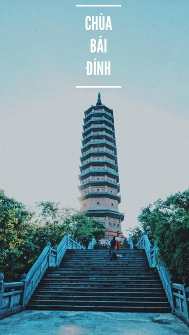 Chùa Bái Đính có tổng diện tích hơn 700 ha và là ngôi chùa chiếm được nhiều kỷ lục, như ngôi chùa lớn nhất Đông Nam Á. Nên đến chùa Bái Đính vào buổi chiều tà, khoảng 3h chiều là hợp lý nhất. Lúc đó nắng dịu chiều tà phảng phất vào thì cảnh sắc cổ kính lạ thường. Chùa có rất nhiều tượng đồng đặt khắp hành lang các bậc thang đi lên. Ngoài ra có rất nhiều tượng phật và tượng quan âm bằng đồng lớn nhất Đông Nam Á. Phải công nhận rằng, Bái Đính là một quần thể di tích tráng lệ vô cùng.