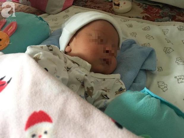 Bé trai sơ sinh mới được 8 ngày tuổi.