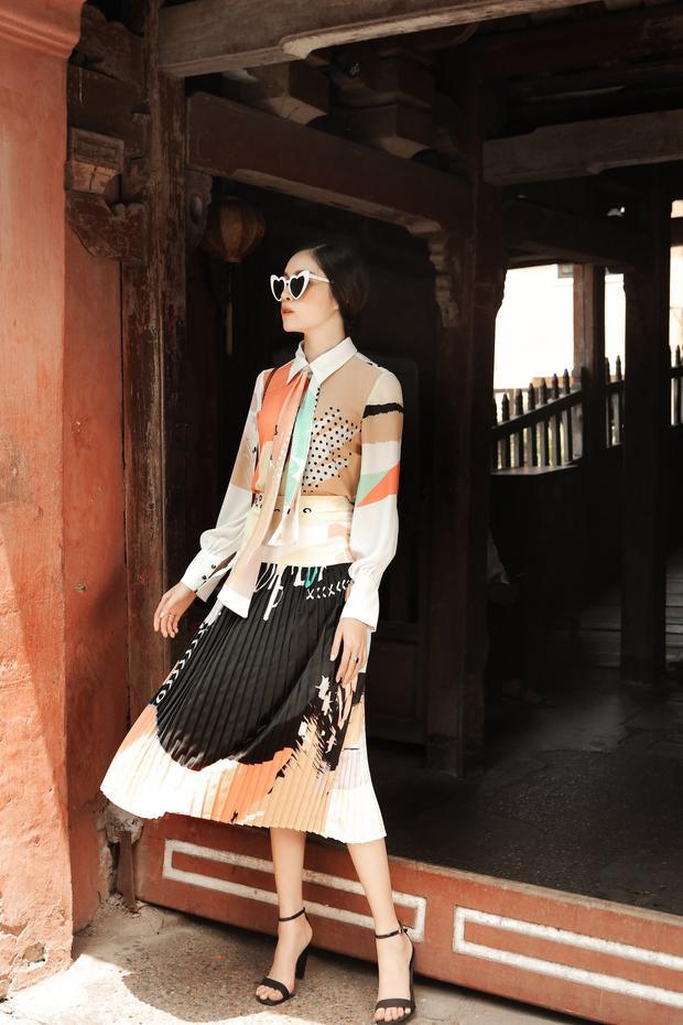 Điểm nhấn của phong cách vintage thể hiện qua các phụ kiện như mũ rộng vành, giày đế thô, túi cói. Thanh Thanh Huyền thích thử nghiệm, phối nhiều kiểu trang phục theo phong cách này.