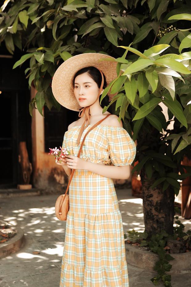 Có thể thấy các chi tiết của trang phục mang phong cách vintage, kiểu dáng, phụ kiện classic, cổ điển.