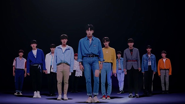 """Tái xuất """"đường đua"""" Kpop với Light, Wanna One liên tục dính phải những rắc rối do công ty quản lí gây ra như đòi kiện fan, album sản xuất chất lượng kém… Điều này đã khiến kì comeback của các anh chàng không mấy thành công."""
