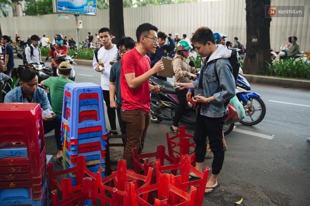 Cảnh sinh viên thuê ghế trước buổi thi của trường ĐH Kiến trúc TP HCM