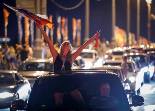"""Không chỉ nhảy múa trong đài phun nước, nhiều CĐV Nga cũng đi """"bão"""" sau thắng lợi bước đầu này."""