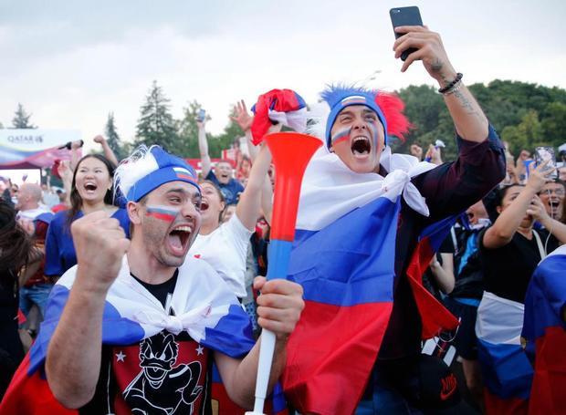 """Khoảnh khắc sung sướng của các CĐV khi Nga hạ gục Tây Ban Nha.Được đánh giá cao hơn rất nhiều so với đội chủ nhà Nga nhưng tuyển Tây Ban Nha đã bị loại một cách cay đắng 3-4 trên chấm phạt đền. Đây được cho là chiến thắng lịch sử của tuyển Nga, qua đó """"tiễn"""" thầy trò HLVHierro về nước."""