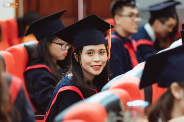 Nụ cười rạng rỡ, tự tin của nữ sinh Thảo Mi - ĐH Phương Đông trong lễ tốt nghiệp mới diễn ra gần đây