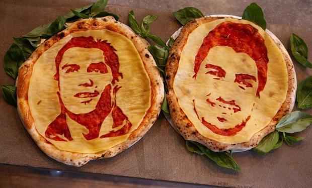 Hình ảnh siêu sao Bồ Đào Nha Cristiano Ronaldo và tiền đạo đổi tuyển Uruguay Luis Suarez trên chiếc bánh pizza của Maksimchik. Ảnh: Reuters
