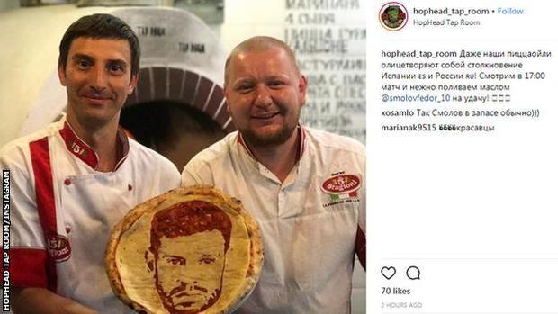 Đầu bếp Maksimchik và chiếc bánh pizza in hình cầu thủ đội tuyển Nga Fyodor Smolov. Ảnh: Reuters