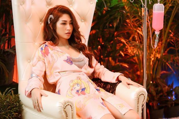 Thoát xác bánh bèo ra MV mới, nhìn qua tưởng Khổng Tú Quỳnh là siêu mẫu Quỳnh Thy