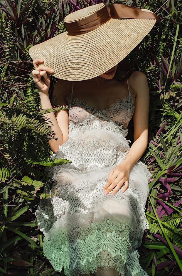 Kết hợp cùng mũ rộng vành, Thiên Nga The Face đem đến hình tượng một cô gái nhỏ trong trẻo với giấc mộng trưa hè của bản thân.