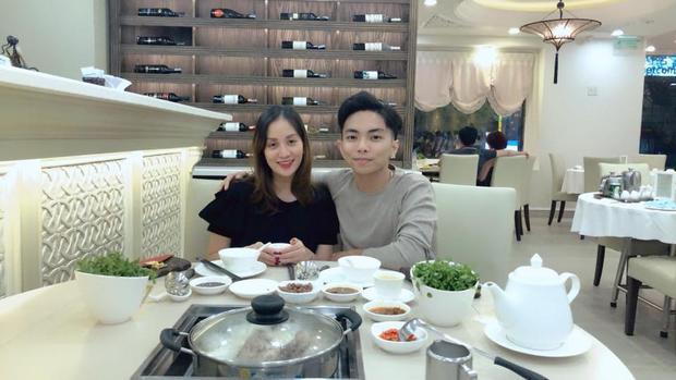Vừa thi đấu về Phan Hiển đã lập tức đưa vợ yêu ra ngoài tẩm bổ. Gia đình nhỏ nhà Khánh Thi luôn khiến công chúng ngưỡng mộ bởi tình cảm ngọt ngào dành cho nhau.