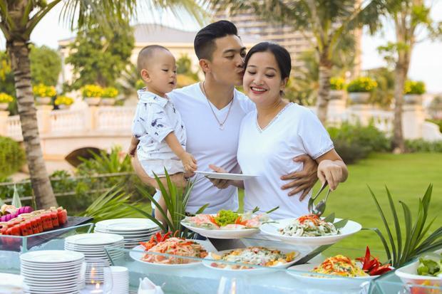 Quốc Cơ cũng đang có khoảng thời gian nghỉ ngơi bên vợ con, anh chia sẻ về những thay đổi khi trở thành bố cũng như khen Hồng Phượng như một chuyên gia dinh dưỡng luôn tìm tòi và nghiên cứu những món ăn ngon cho gia đình.