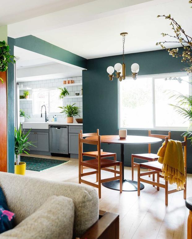 Căn bếp này xanh thật sự với những chậu cây được bố trí nhiều nơi từ tủ để đồ, kệ bếp… kết hợp với tấm thảm xanh tạo thành không gian tươi mát cho căn bếp này. Sự tối giản cũng được ưu tiên với không gian nhường chỗ cho những chậu cây xanh.