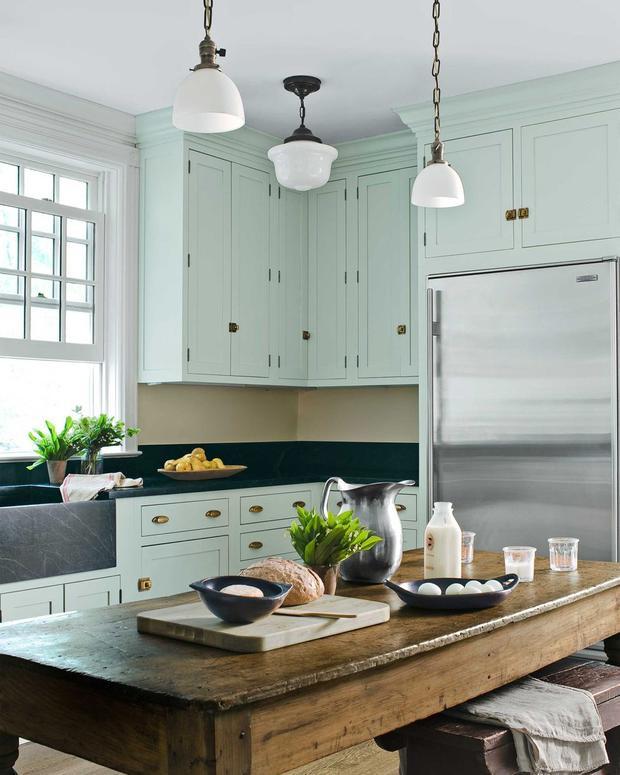 Bạn có nhận ra điều gì bên cạnh một vài chậu cây nhỏ trong căn bếp này? Đó chính là màu xanh lục dịu của bộ tủ khiến cho không gian tươi mát hơn rất nhiều.