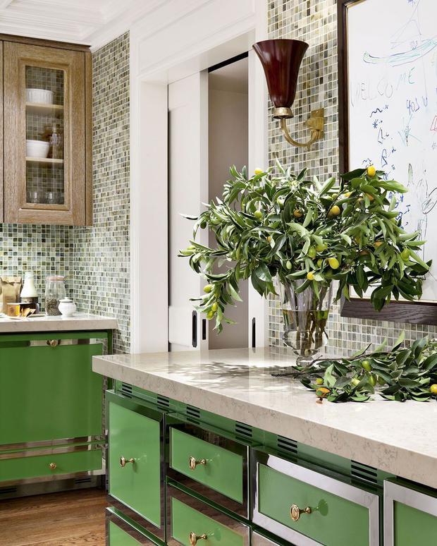 Chiếc tủ màu xanh lá ấn tượng cùng với mặt bàn bằng cẩm thạch cùng một chiếc cây nhỏ tạo nên gian bếp có màu xanh ấn tượng.