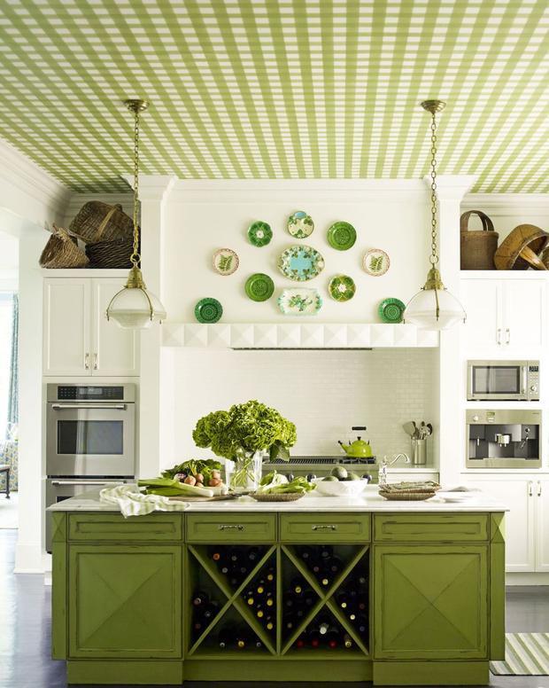 Trần nhà cùng chiếc tủ bếp, lọ hoa, vài món đồ trang trí màu xanh đem đến không gian ấn tượng cho gian bếp này. Trông nó như một tác phẩm nghệ thuật thay vì không gian đơn thuần.