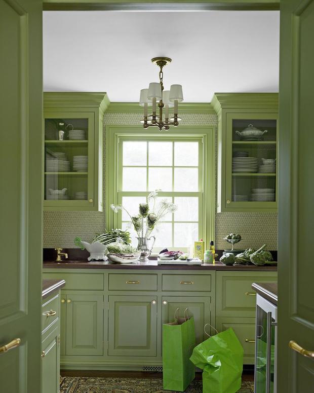 Sử dụng màu xanh lá cây bao trùm căn bếp này, bạn như đang lạc vào một khu rừng ngay trong căn nhà của mình.