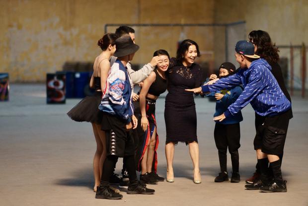 Trong MV, biên đạo sử dụng chính câu chuyện thật, phong cách nhảy múa của chính các vũ công để dựng thành 1 câu chuyện đa tuyến của các nhân vật.