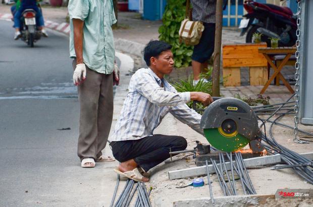Khi phải lưu thông trên đường trong điều kiện thời tiết này, ai cũng phải di chuyển thật nhanh. Thế nhưng, vì mưu sinh những người lao động nghèo vẫn phải đối diện với nắng nóng.