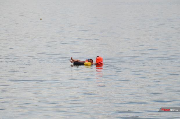 Khi chiều đến, nhiều người tìm đến khu vực Hồ Tây để tắm mát.
