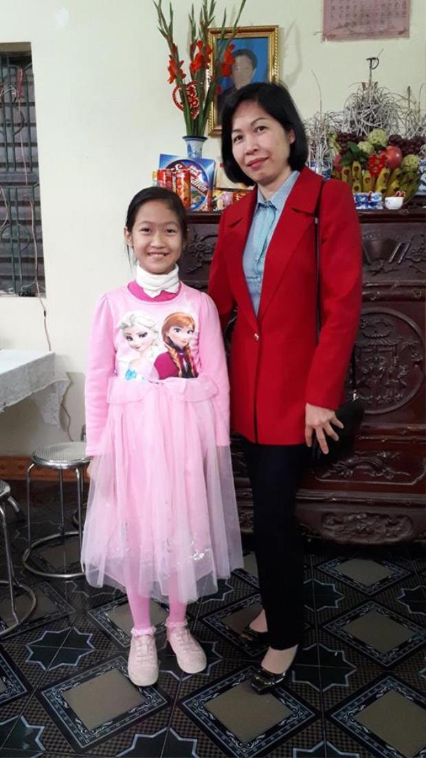 Bé Vân Nhi chụp ảnh cùng mẹ.