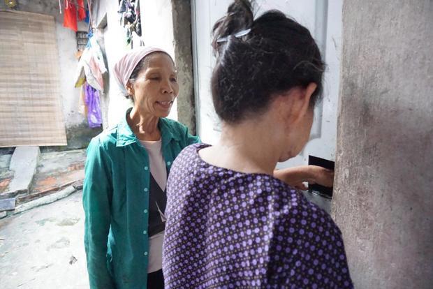 Bà Phải (bìa phải) cùng bà Năm khóa cửa phòng đi tìm nơi trốn nóng.