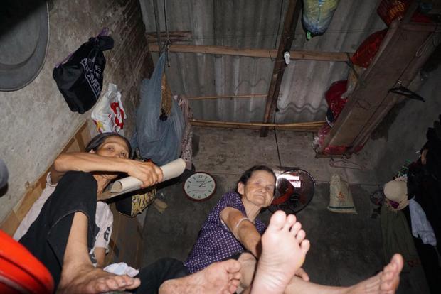 Căn phòng chật hẹp, nóng hầm hập là nơi sinh sống của bà Phải và bà Năm.