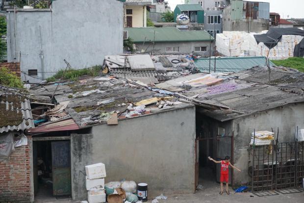 """Khu """"ổ chuột"""" xập xệ là nơi những người lao động nghèo sinh sống trong cái nóng 40 độ C."""