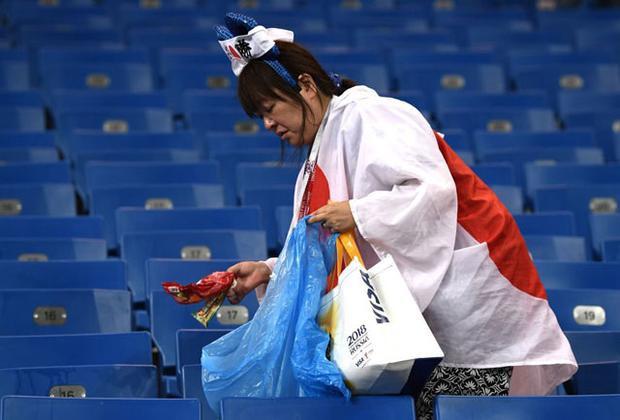 Hình ảnh: Hình ảnh cảm động CĐV Nhật Bản khóc như mưa nhưng vẫn nán lại nhặt rác số 6
