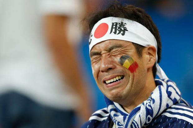 Hình ảnh: Hình ảnh cảm động CĐV Nhật Bản khóc như mưa nhưng vẫn nán lại nhặt rác số 3