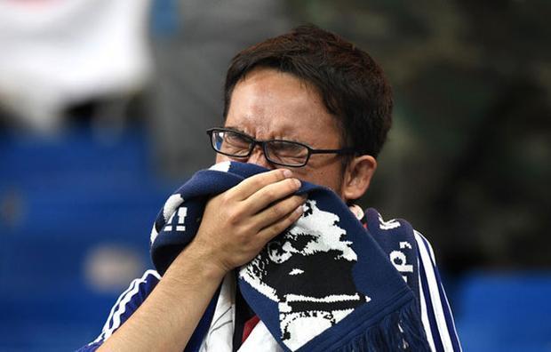 Hình ảnh: Hình ảnh cảm động CĐV Nhật Bản khóc như mưa nhưng vẫn nán lại nhặt rác số 4