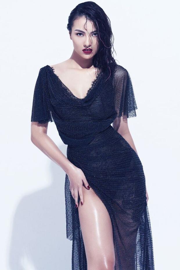 Một thiết kế bằng vải lưới, xẻ cao khoe trọn đôi chân thon dài.