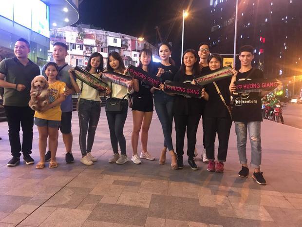 Không khó để bắt gặp hình ảnh fan bên cạnh Hương Giang mọi lúc, mọi nơi. Phải là một người thật sự đáng quý, Hương Giang mới có được sự quan tâm nhiều đến thế.