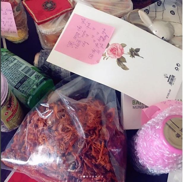 """Quà tặng của fan và những lời nhắn gửi đáng yêu: """"Hy vọng chị yêu thích món quà này. Gửi chị yêu hàng nghìn lời yêu thương."""""""